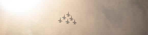 Flugzeuge am Himmel führen Krieg