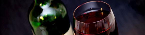 Nobel aussehendes Weinglas mit Flasche