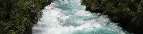 Reißender Waldfluss als Symbol für Veränderung
