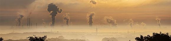 Karges Land mit Rauchfontänen