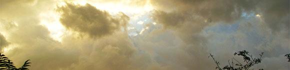 Zwischen Grauen Wolken kommt die Sonne zum Vorschein