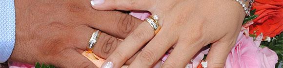 Eheringe an Hand von Mann und Frau