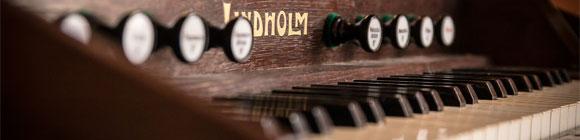 Dunkelbraunes älteres Klavier