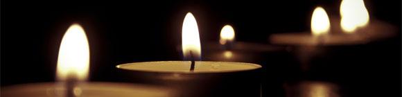 einzelne leuchtende Kerze, passend zum Spruch