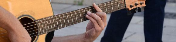 Akustische Gitarre auf der Musik gespielt wird