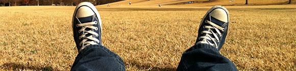 Mann sitzt in der Sonne und ruht sich aus