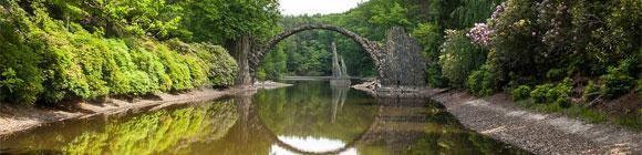 Brücke die sich im Fluss spiegelt