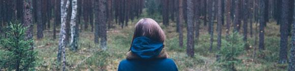 Frau im dichten Wald passend zum Konfuzius Zitat