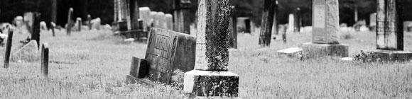 Düster aussehender Friedhof mit Grabsteinen